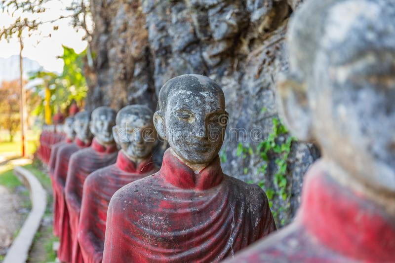 Статуи буддийских монахов каменные гребут на пещере Thaung Ka Kaw, Hpa-an, Мьянме стоковые изображения