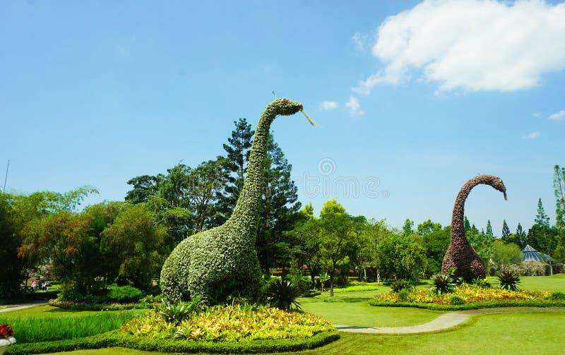 Статуя бронтозавра динозавра большая сделанная из зеленых завода лист и куста дерева - bogor Индонезии стоковое изображение rf