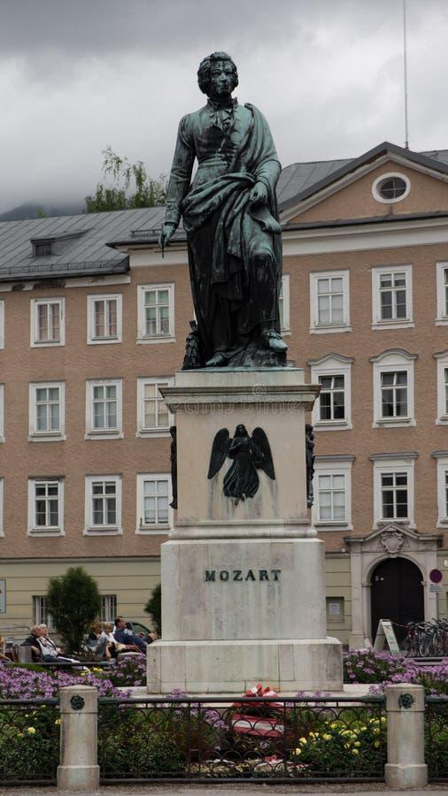 Статуя Вольфганг Амадей Моцарт в его родном городе Зальцбурге стоковая фотография rf
