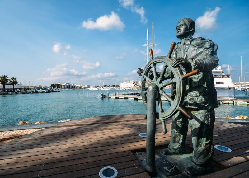 Статуя кормчия вдоль портового района Марины, Vilamoura, Алгарве, Португалии, Европы стоковая фотография rf