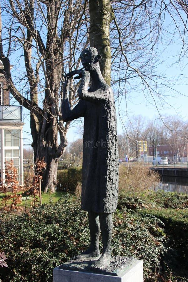 Статуя человека который играет свисток к январь Snoeck созданное в 1960 и на улице в voorburg, Нидерланд стоковые фотографии rf