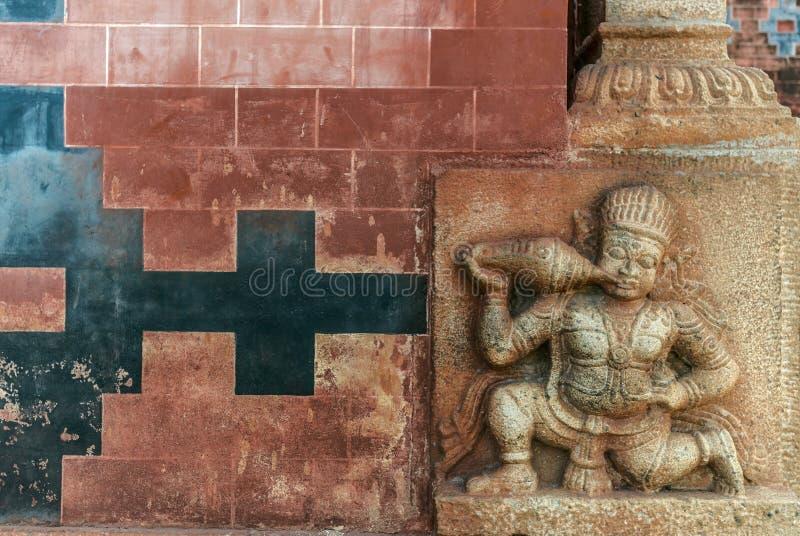 Старая индийская стена виска с вычисляемой картиной стоковые фото