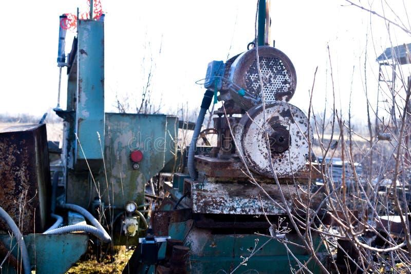 Старая используемая ржавая машина обработки камня металла стоковая фотография