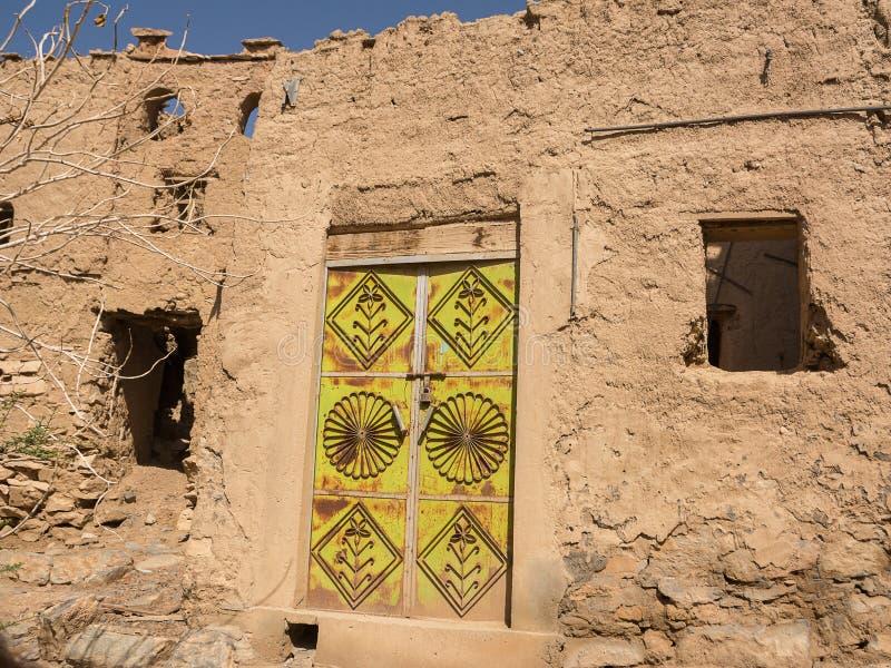 Старая дверь дома грязи в старой деревне Al Hamra стоковое изображение rf