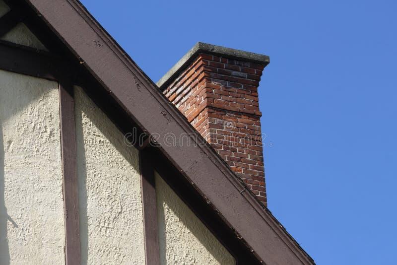 Старая стена и Roofline стиля Tudor с камином кирпича стоковое фото rf