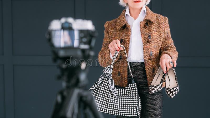Старшее vlog стрельбы дамы обзора блоггера моды стоковые фотографии rf