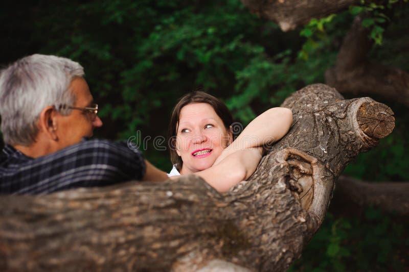 Старшие пары идя совместно в лес, конец-вверх стоковое изображение rf