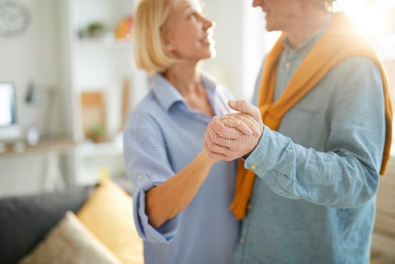 Старшие танцы пар в солнечном свете стоковое изображение rf