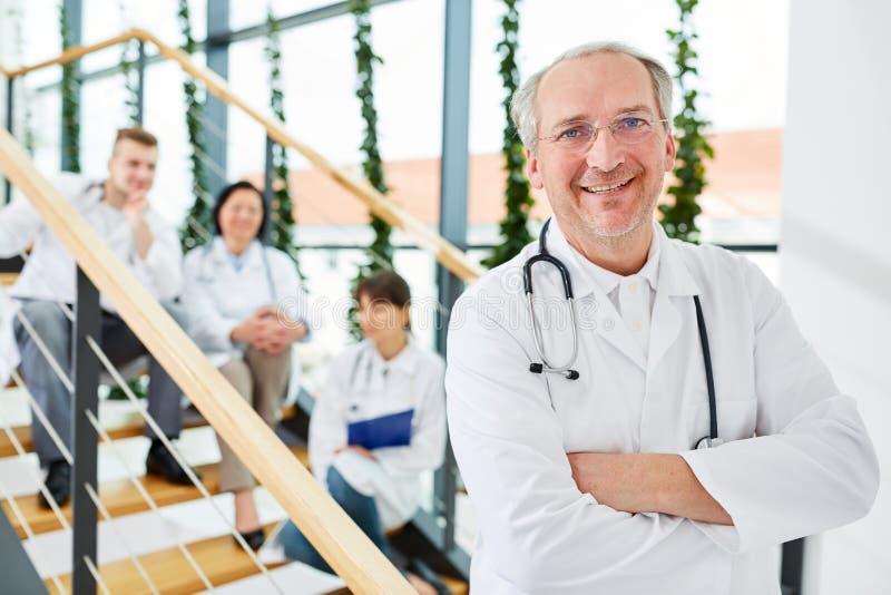 Старший как успешный доктор или главный врач стоковые изображения