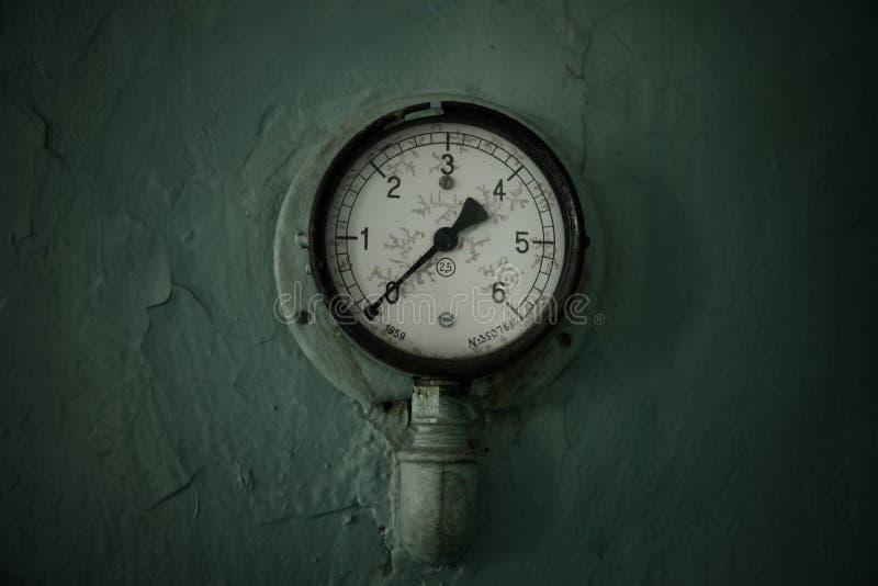 Старые манометр или индикатор давления, изготовленный в 1959, установленный на зеленой стене стоковые изображения