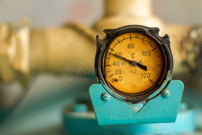 Старые манометр и трубы вода измеряя метра подачи стоковые изображения