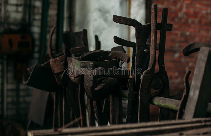 Старые промышленные механические инструменты в мастерской Ржавое оборудование металла в покинутой фабрике стоковое фото rf