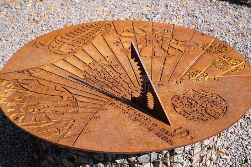 Старые солнечные часы показывают почти полдень на солнечный день