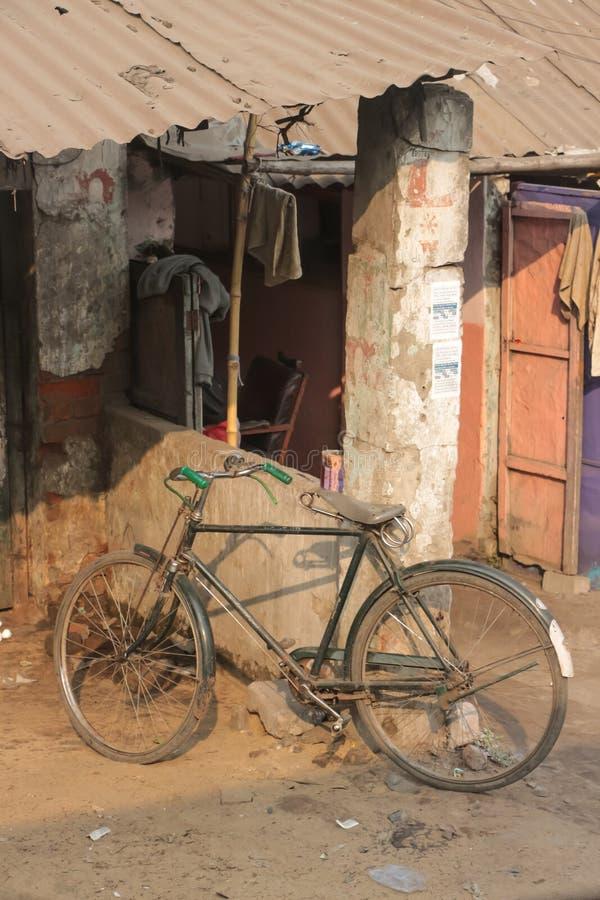 Старый велосипед под укрытием стоковое фото rf