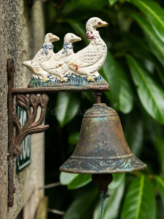 Старый винтажный ржавый дверной звонок с 3 утками стоковая фотография