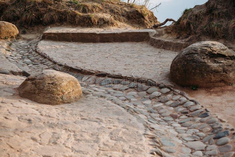 Старый камн-вымощенный сток для воды в гористых местностях стоковое изображение rf