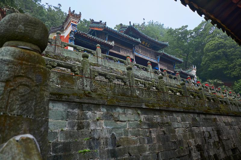 Старый китайский висок kungfu в горе Wudang в лесе стоковое изображение rf