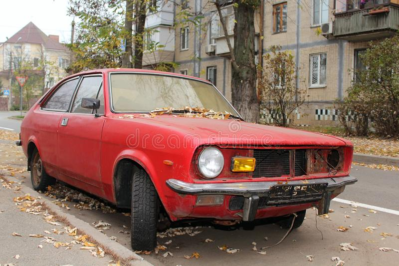 старый красный автомобиль в городе 3 стоковое изображение rf