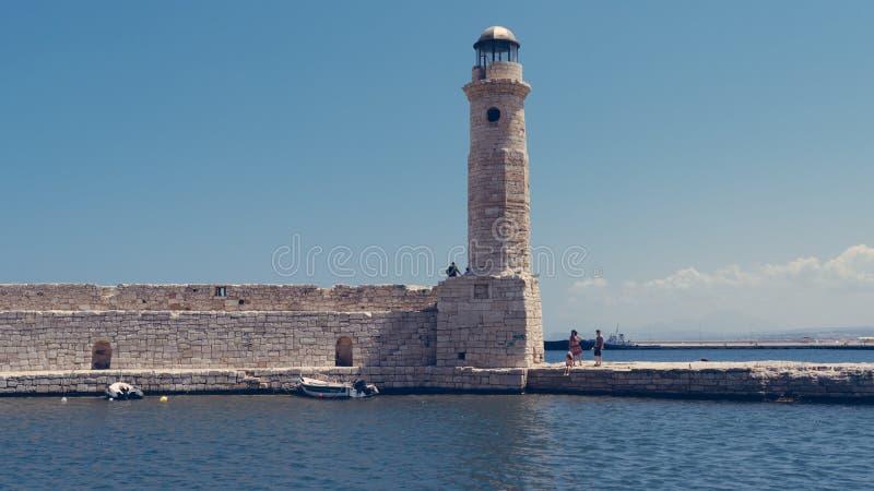 Старый маяк в гавани с Rethymnon, Крита Греции стоковое фото rf