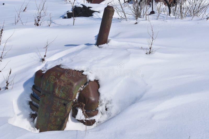 Старый трактор Massey Херрис похороненный в снеге стоковое фото