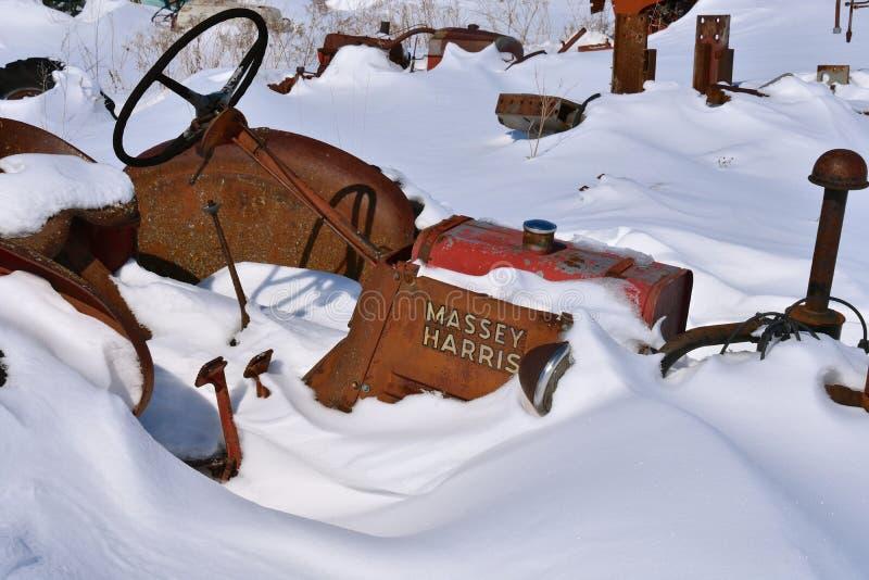 Старый трактор Massey Херрис похороненный в snowbank стоковые изображения rf