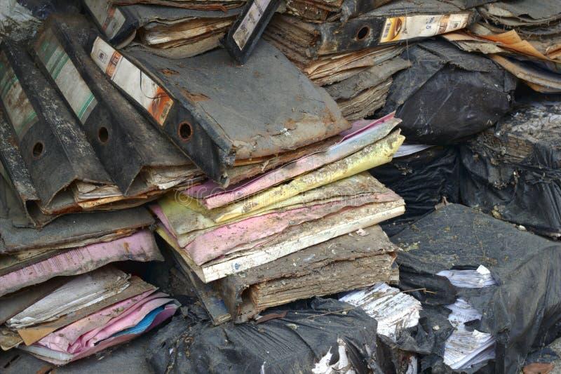 Старый файл крышки цвета сломленн Стог старых документов сломанных в черных сумках, старые документы повредил, отброс от офиса стоковое фото