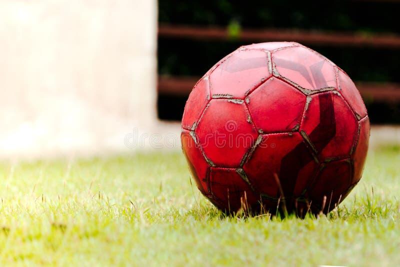Старый футбол на футбольном поле зеленой травы стоковое изображение