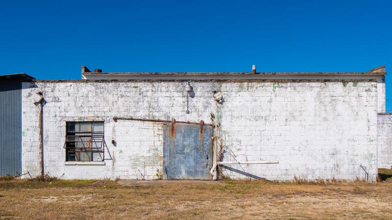 Старое здание текстурировало поверхность с ржавыми стальными дверью и окном стоковое изображение