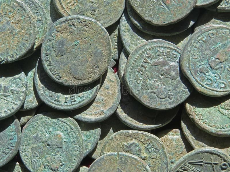 Старое сокровище монетки Проштемпелеванные медные круглые деньги стоковое фото rf