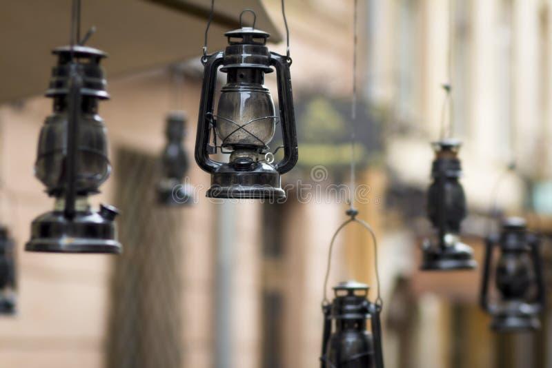Старомодная винтажная лампа фонарика масла керосина вися на предпосылке улицы в Львове, украшении стиля города стоковые изображения rf