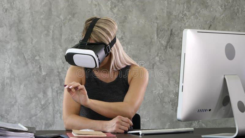 Стекла виртуальной реальности возбужденной коммерсантки нося, счастливая женщина исследуя увеличенный мир, взаимодействуя с цифро стоковое изображение