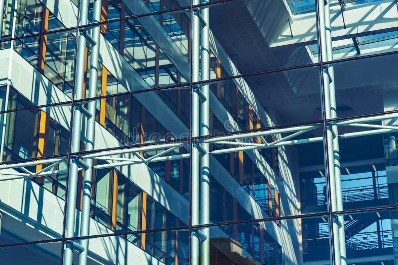 Стеклянная прозрачная стена современного здания, взгляда перспективы стоковые фото