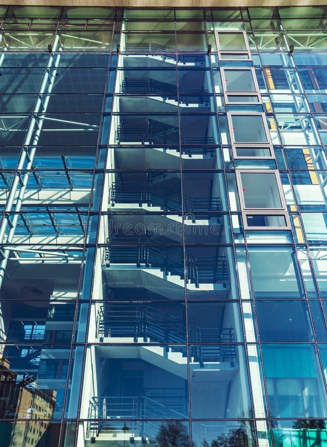 Стеклянная прозрачная стена современного здания, взгляда перспективы стоковая фотография rf