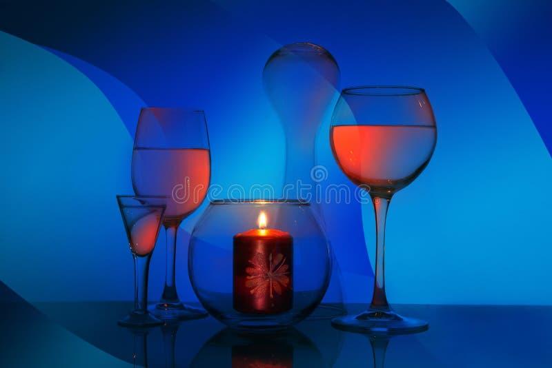 Стеклянная фантазия со стеклами и свечой стоковая фотография rf
