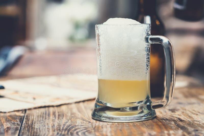 Стеклянная чашка пива с пеной стоковая фотография
