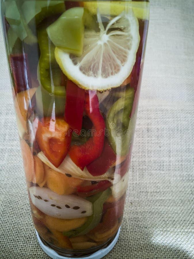 Стекловарный горшок с замаринованными овощами стоковое изображение rf