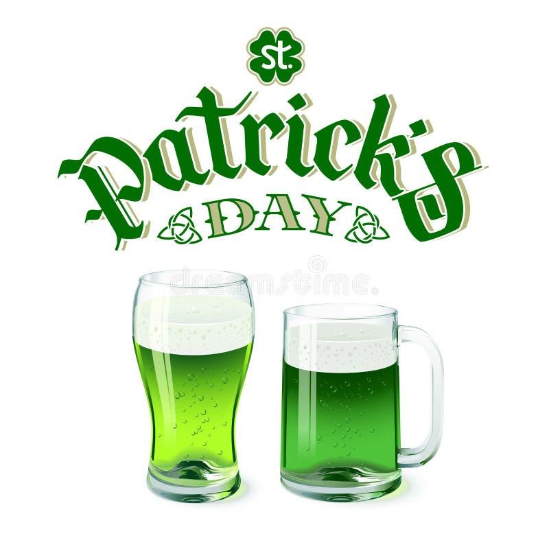 Стекло и кружка пива зеленого цвета вектора изолированные на белой предпосылке с литерностью дня St Patricks бесплатная иллюстрация