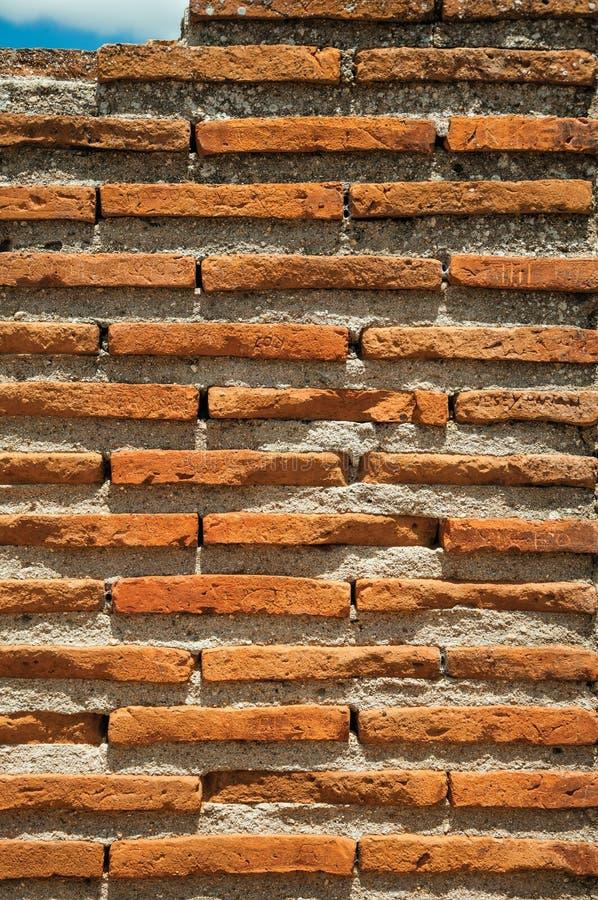 Стена сделанная небольших кирпичей формируя исключительную картину стоковые изображения rf