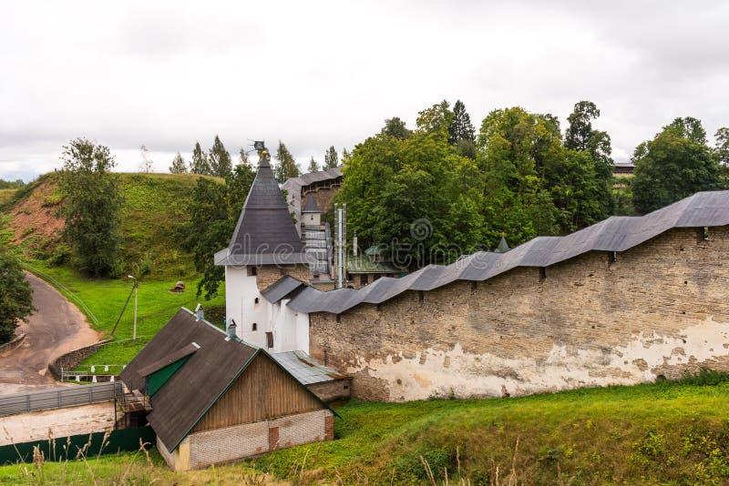 Стены и башня святого Dormition Pskovo - Pechersky Пскова - монастырь пещер Pechory, Россия стоковые фотографии rf