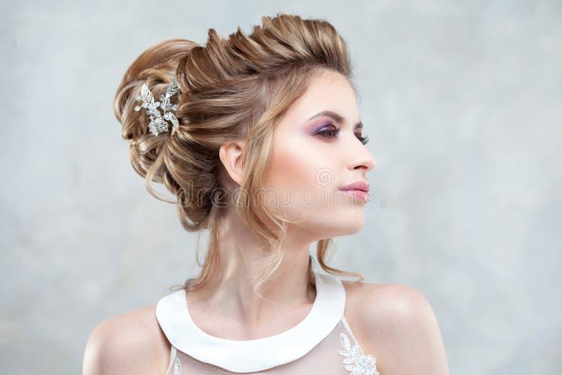 Стиль причесок, стиль и макияж свадьбы для торжества стоковое фото