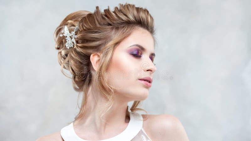 Стиль причесок, стиль и макияж свадьбы для торжества стоковое изображение rf