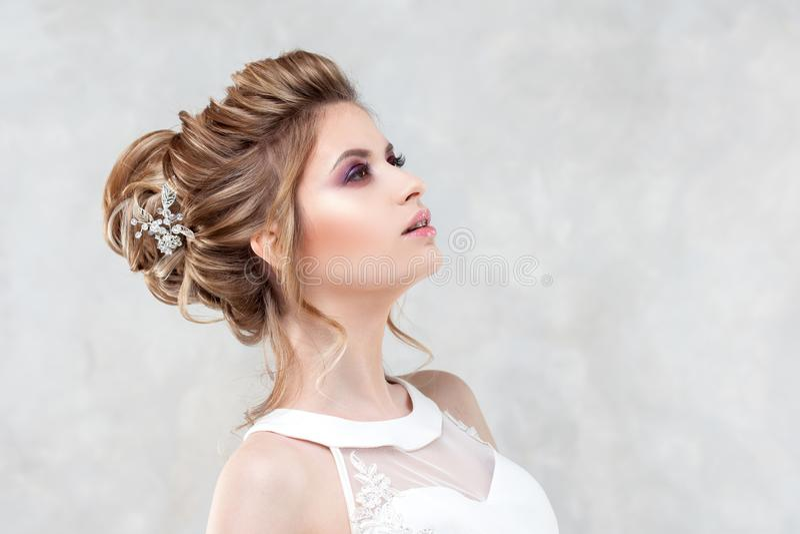 Стиль причесок, стиль и макияж свадьбы для торжества стоковые фотографии rf