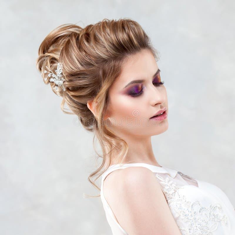 Стиль причесок, стиль и макияж свадьбы для торжества стоковые изображения rf