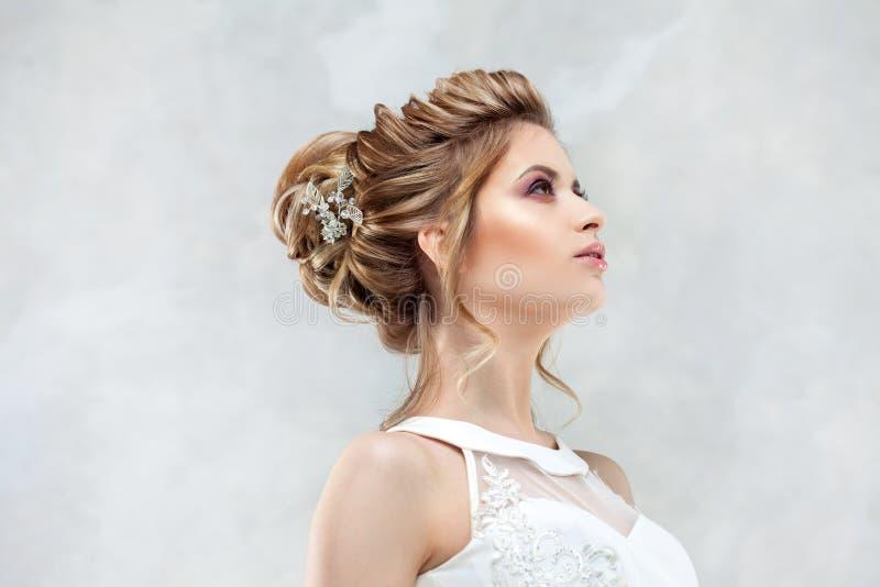 Стиль причесок, стиль и макияж свадьбы для торжества стоковое изображение