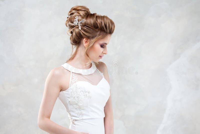 Стиль причесок, стиль и макияж свадьбы для торжества стоковые изображения