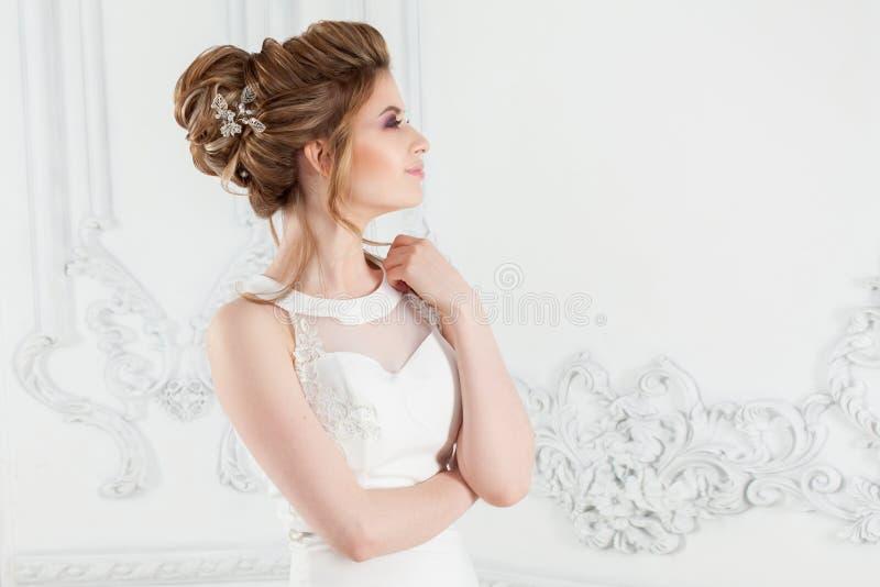 Стиль причесок, стиль и макияж свадьбы для торжества стоковые фото