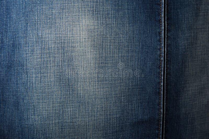 Стул джинсовой ткани Современное кресло над деревенской стеной в реновации redecoration комнаты прожития внутренней схематической стоковые фотографии rf