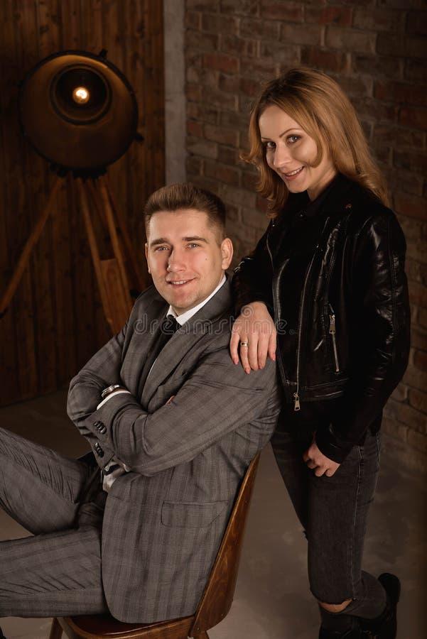Студия снятая красивого молодого положения пар близко к одину другого и смотреть камеру с улыбкой стоковые фото