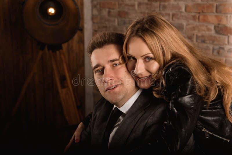 Студия снятая красивого молодого положения пар близко к одину другого и смотреть камеру с улыбкой стоковое фото rf
