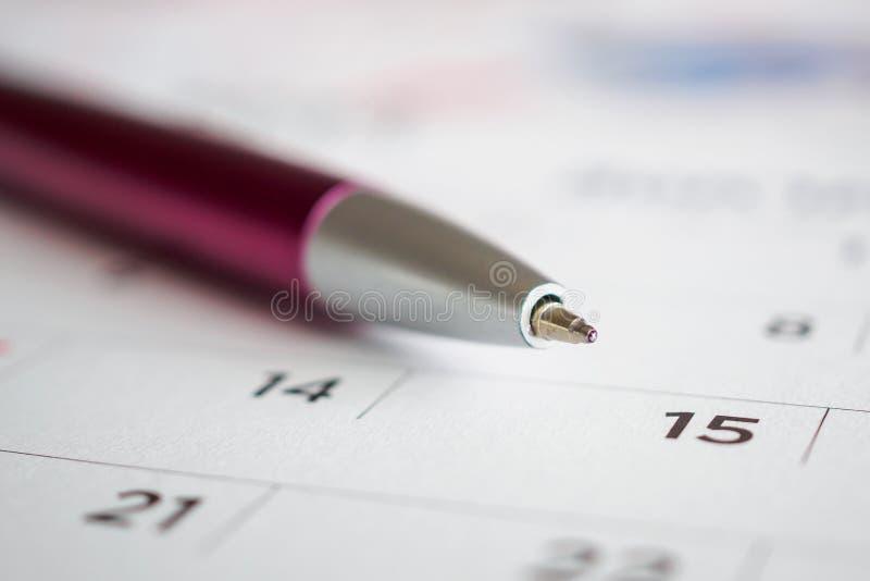 Страница календаря с пунктом ручки на пятнадцатой дате стоковое фото rf